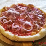 pizza-al-piatto-salsiccia-e-cipolla-rossa